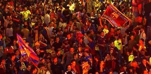 Los aficionados del Barcelona, celebrando el primer título de la temporada