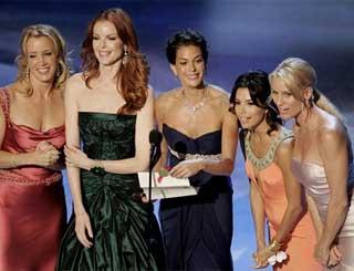 Las protagonistas de Mujeres Desesperadas, recogiendo uno de los muchos premios que ha recibido esta genial serie