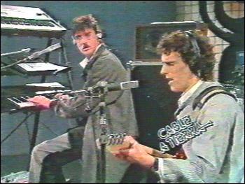Luis Alberto Spinetta a dúo con Charlie García en Rezo por Vos. Fotograma tomado del programa Cable a Tierra, nombre de una canción de Fito Páez
