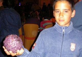 Niño con la bola de cera en la mano