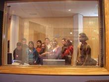 Alumnos en el estudio de sonido