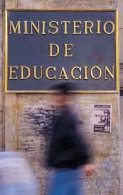 Frontis del Ministerio de educación de Chile con una persona pasando por el letrero que lo identifica
