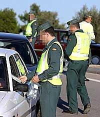 La Guardia Civil informa al conductor de la infracción que ha cometido y de los puntos que le restará en su carne