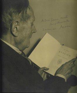 El maestro Azorín era un amante de los clásicos españoles y franceses. En sus manos, un ejemplar de El Buscón de Quevedo
