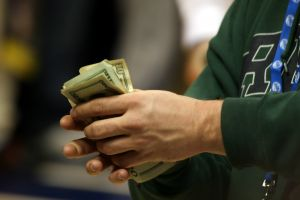 в некоторых случаях заемщик может и распоряжаться взятой по ипотеке