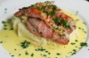 Involtini di scaloppine e prosciutto su crema di burro e limone con cipolle e aromi
