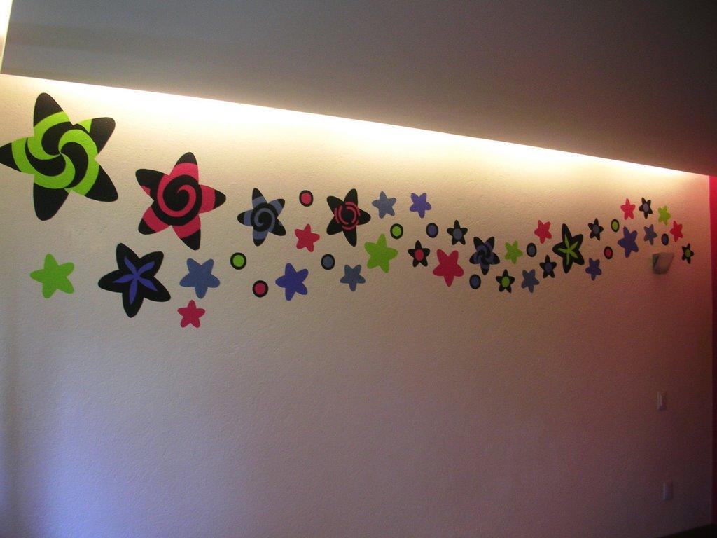 """Diseño y pintura a mano de mural motivo """"lluvia de estrellas"""