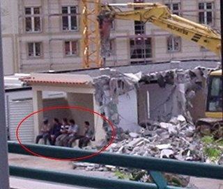 E sim, o edifício a ser demolido é o mesmo em que os 5 obrais estão a repousar.