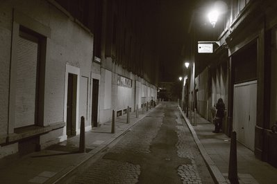 photo de rue, rue Chapelle des Clercs à Liège, ruelle sombre, dark lane, photo dominique houcmant, goldo graphisme