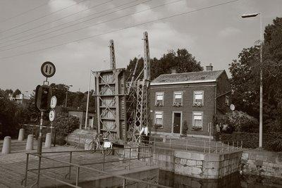 photo le canal de l'ourthe à Liège (Angleur), le pont-levant des Aguesses, copyright dominique houcmant, goldo graphisme