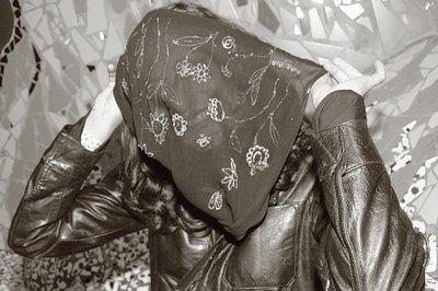un femme se cache la face dans un voile, photo dominique houcmant, goldo graphisme