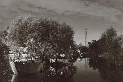 le canal de l'ourthe à liège au niveau de l'île aux aguesses derrière belle-île, copyright dominique houcmant, goldo graphisme