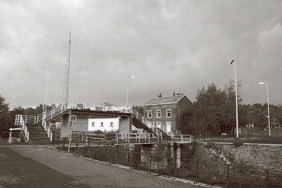image Lock Keeper's House, la maison du gardien de l'écluse, canal de l'Ourthe à Chênée, porte de rétention et passerelle ..., photo dominique houcmant, goldo graphisme