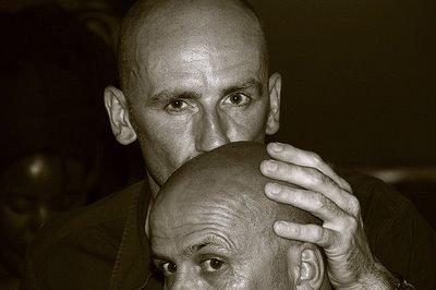 photo de deux hommes au crane rasé, fotografía de dos hombres al cráneo afeitado, portrait of two men to shaven cranium, copyright dominique houcmant, goldo graphisme