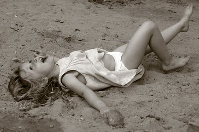 photo d'une fillette jouant dans le sable, photograph of a young girl playing in sand, copyright dominique houcmant, goldo graphisme