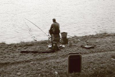 fotografia liège coronmeuse, un pêcheur sur la Meuse, photo dominique houcmant, goldo graphisme