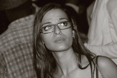 une charmante jeune fille avec de grands yeux et des des lunettes, photo dominique houcmant, goldo graphisme