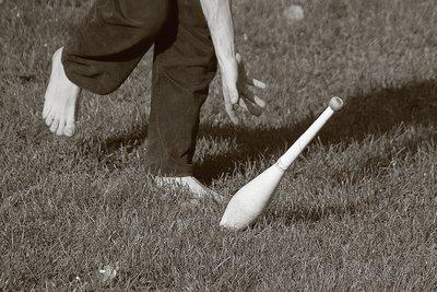 une quille et la main d'un jongleur dans le parc de la boverie à Liège, the juggler, copyright dominique houcmant, goldo graphisme
