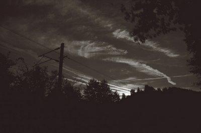 ciel de nuit, catenaires et voie ferrée à La Venne - La Gleize, copyright dominique houcmant, goldo graphisme