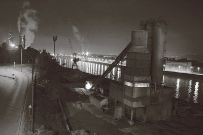 photo d'un paysage industriel de la vallée de la meuse la nuit, Ougrée et le haut-fourneau, industrial landscape of the Meuse valley at night, Ougrée and the blast furnace, paisaje industrial del valle de la Mosa en la noche, Ougrée y el alto horno, copyright dominique houcmant, goldo graphisme