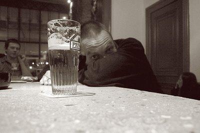 portrait homme avec bière, man portrait, photo dominique houcmant, goldo graphisme