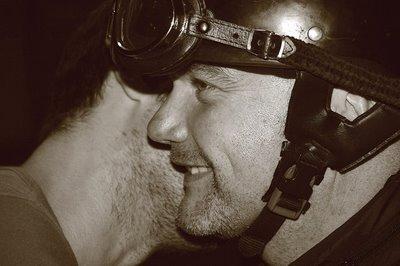 photo, homme avec casque de moto Cromwell et lunettes, copyright dominique houcmant, goldo graphisme