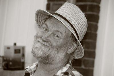 portrait d'un homme (une mécanicien d'engins) au chapeau de paille, copyright dominique houcmant, goldo graphisme