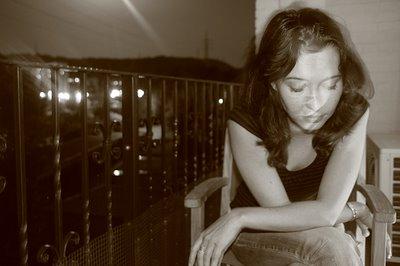 photo, fotografia, la fille sur le bacon, la muchacha sobre el balcón, a girl sitting on the balcony, copyright dominique houcmant, goldo graphisme