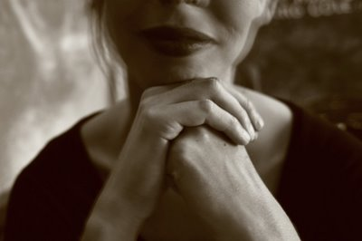 photo : photo portrait de femme ses lèvres ses mains, woman portrait lips an hands in the dark, retrato de mujer, photo dominique houcmant, goldo graphisme