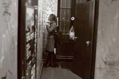 une fille se remaquille dans les toilettes, photo dominique houcmant, goldo graphisme