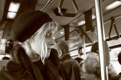 portrait d'un femme dans un bus parisien, woman portrait in a Parisian bus, retrato de una mujer en un autobús parisiense, copyright dominique houcmant, goldo graphisme