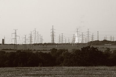 photo condroz, pylônes électriques et fumée de la centrale nucléaire de Tihange, copyright dominique houcmant, goldo graphisme