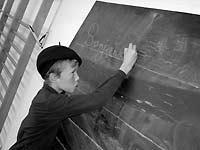 Enfant et tableau noir. Fonte: http://www.ac-versailles.fr/etabliss/clg-camus-bois-colombes/site%20ecole2004/p8Materiel%