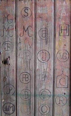 Marcas em porta de serralharia. Alentejo. Foto do autor