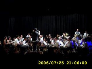 O director da a entrada para o comezo do primeiro concerto no auditorio Hernán Naval