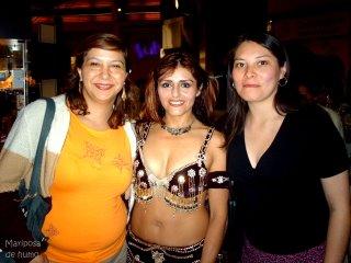 Mi maestra de danza árabe, una compañera y yo