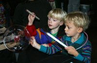 bambini in uno science center americano