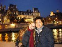 Nous deux, devant la Seine et l'hôtel de ville de Paris