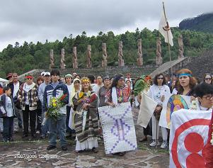 En primer plano desde el extremo derecho July De La Portilla con la Bandera de la Paz, una Kin artista, Maria Elena Capdevila, Abishta y Mario A. Garcia.