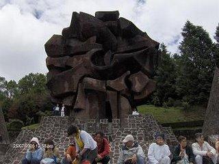 La Escultura del SOL OTOMI en primer plano, en lo alto del Centro Ceremonial
