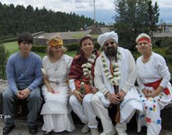 Kines Mario A. Garcia y ABISHTA con la Mata Ji y el Sheikh GG:: junto a otra participante del Dia Verde-