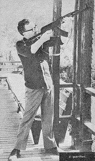 Chicho con el rifle que le regaló Fidel