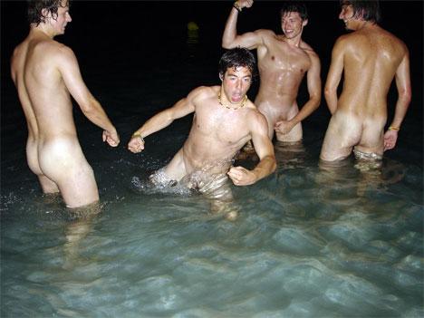 голые парни купаются фото