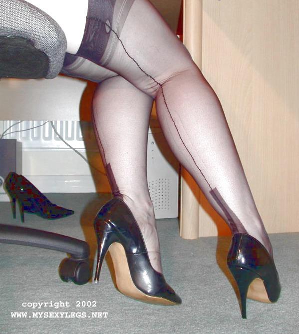Mujer sexy en tacones y medias