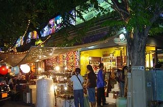 Shopping_at_Suanlum_Night_Bazaar_Bangkok