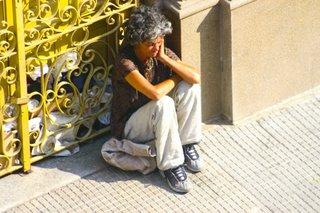 Fotografia de Lauro Marques. Mulher sofrendo com desequilíbrio mental no centro de São Paulo. 2007.