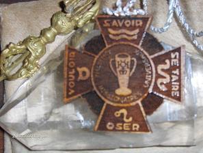 El Emblema del Mahatma, sobre su Cristal, junto a su Vajra