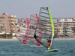 Tres windsurfistas en plena competición (Foto realizada por José Juan López)