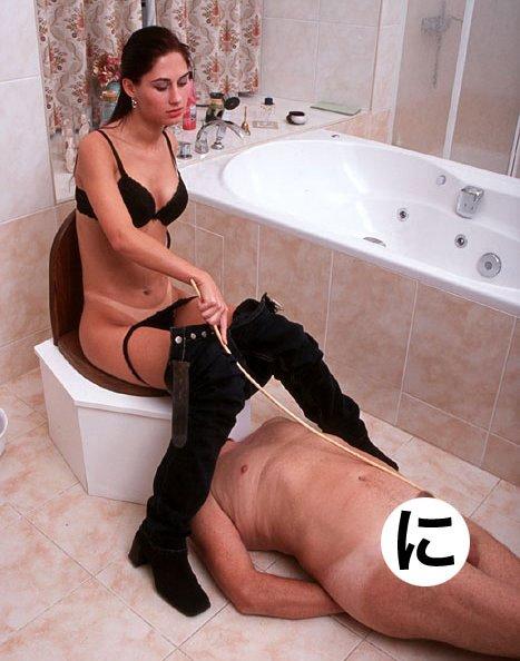 женщина доминирует над мужиком в ванной-ьй2