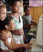 Niños del Tercer Mundo frente a ordenadores